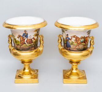 Парные  вазы-кратеры с изображением офицеров на лошадях и казаков времен   Отечественной войны 1812 года